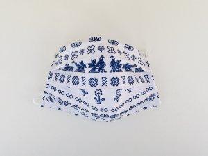 Biele rúško Čičmany s modrým vzorom