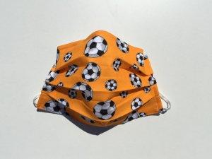 Oranžové rúško s futbalovými loptami (úplet)