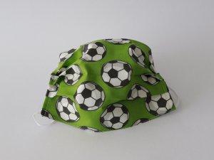 Zelené rúško s futbalovými loptami