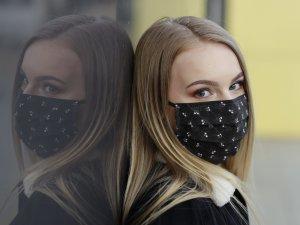Čierne bavlnené rúško s lebkami