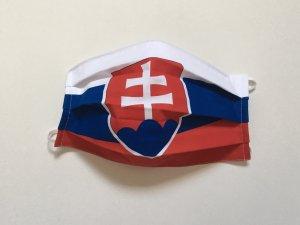 Rúško so slovenskou vlajkou našikmo